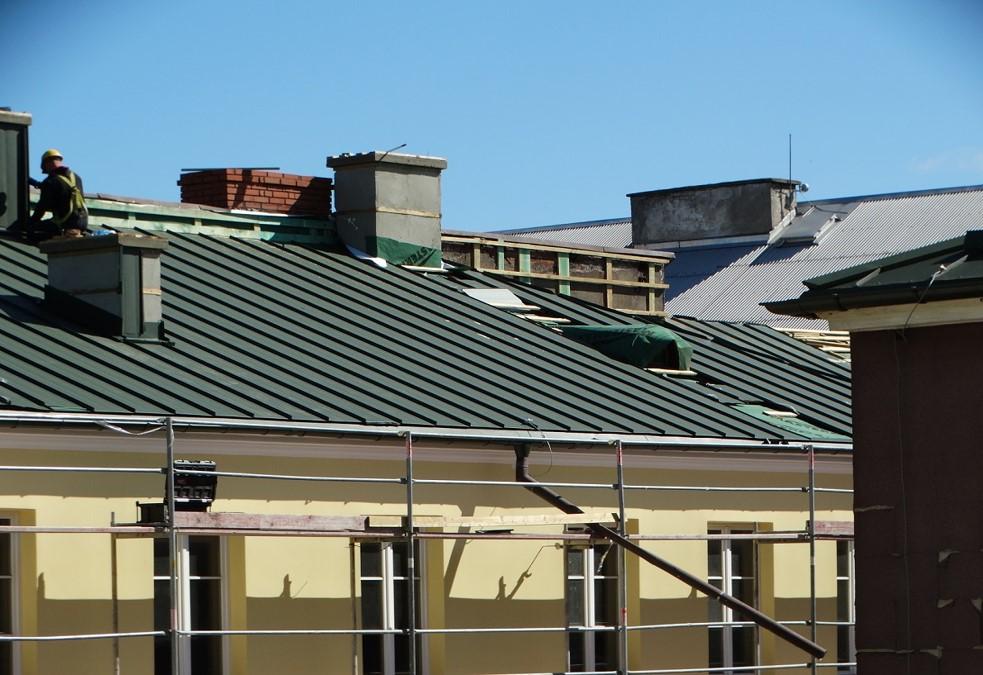 Wymiana poszycia dachowego na budynku Archiwum (Fot. Ryszard P. Jarmołowicz)